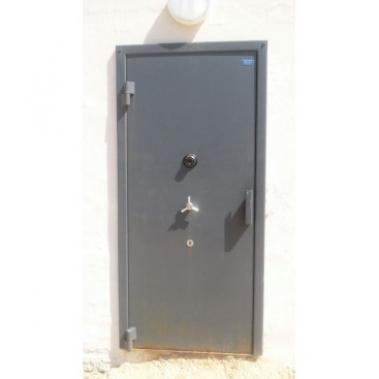 דלת חדר נשק וסמים